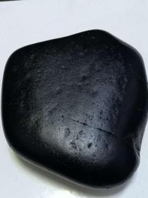 """和田玉原石籽料,和田""""老坑黑皮和田玉籽料""""原石,大块头8.3斤重,产自新疆和田玉龙河黑皮大摆件 ,8.3斤国宝级,收藏级,毛孔清晰,极品少有温润无比,纯天然原色原皮黑沁原石玉质细腻油润,老熟特色墨碧细肉籽,油性十足,品相完美!,肉质细腻,收藏级别,非常稀有了,大自然的神奇造化,可遇不可求值得永久收藏"""
