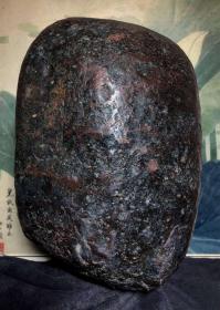 """陨石原石,不可多见,特大""""紫乌金陨石"""",重达36多斤,特大""""陨石王""""非常稀有难得,馆藏级,可遇不可求,""""紫乌金陨石王""""气印明显,高熔融状态,全身包浆,压手感沉,弱磁性、石质细腻、气印漂亮包浆到位,是非常漂亮的天然原石,富含负氧离子。可做镇馆之宝,镇店之宝,镇宅之宝,百鬼不敢入内,保佑全家幸福平安"""