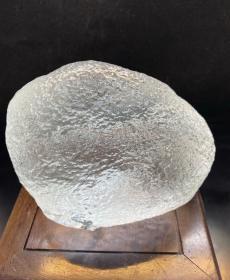 陨石原石,南极冰雪陨石,特大冰雪陨石1188克2斤多重,内部纹路奇特,比重大,密度高,微透光,气印特征开门,石型完整,色泽油润,石质细腻,气印熔流明显。包浆完美,陨石特征明显,极为稀有罕见,沁色自然,鬼斧神工,包浆温润,收藏之极品,孤品,神品,可遇不可求