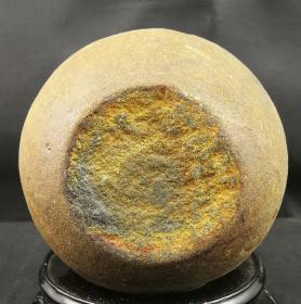 """陨石原石,富贵圆满陨石原石,圆润如球,水冲陨石原石""""富贵圆满""""极品陨石,此石出自遥远的非洲加贝齐布卡河,天然形成,原石魅力,贵在天成,非常耐看,适合欣赏把玩收藏,可遇不可求的水冲亿万年前的陨石奇石,富含多重稀有元素!含有熔壳、气印、冲击痕迹等物理结构,此陨石属于古陨石,年代较久,某些陨石表面特征已不明显,可做镇馆之宝"""