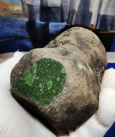 """陨石原石,高温坠落陨石原石,经典稀有彩色""""玉化绿色希望粒陨,""""玉化七彩绿色满天星化石陨石"""",极为稀有""""玉化绿色希望化石""""陨石,可遇不可求,精品河料陨石!,有弱磁性,大块头1409克,重达近3近中,极为罕见,珍贵,稀有,精美,难得,可做镇馆之宝"""