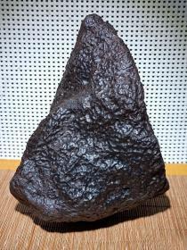 """陨石原石,独特陨石,""""黑龙纹""""猎于新疆库木塔格陨落带,大块头近5斤重,强磁性,比重大,密度好,陨石所具有的能量,地球没有的微量元素,神秘的外太空物质,是玉石、宝石不可企及的,绝世陨石,可遇不可求,收藏珍品"""