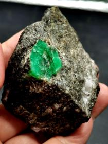 祖母绿矿物原石,祖母绿宝石,祖母绿原石,极为稀有,罕见,收藏珍品,手感细腻光滑,颜色漂亮,打灯透光,绝世珍宝,值得永久收藏