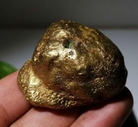 """陨石原石,""""自然金""""陨石原石,""""狗头金""""陨石原石,""""飞碟狗头金陨石"""",密度高,215克重,自然界极为稀有,可遇不可求,沉甸甸的,气印、气孔、熔壳包浆完整,非常特别,石质细腻坚硬,色泽油润,石型完整,气印熔流明显,极为稀有罕见,沁色自然,鬼斧神工,收藏之极品"""