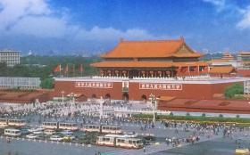中国邮政明信片天安门,共有7枚,北京市邮政管理局发行。图名分别为天安门、天安门、天安门、天安门华表、天安门广场国旗、中国历史博物馆、毛主席纪念堂。