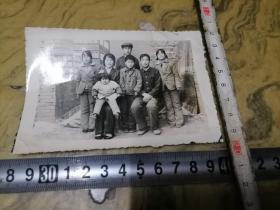 这张照片应是70年代照片.不应该5个孩子