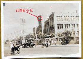 民国老照片:民国风景——黄包车行人街景——疑是北京东交民巷一带建筑,门楼上图标少见。请藏家自鉴!【桐阴委羽系列】