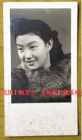 民国老照片:民国美女,颜值高。华影照相馆钢印。〖民国上海美女—容姑娘旧藏系列〗