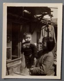 """文革老照片:这小子太有精神了,""""毛主席招手我前进""""像章【陌上花开系列】"""