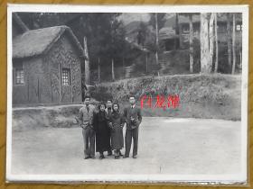 民国老照片:民国抗战时期——杭州白龙潭,1941年,一群学生模样知识分子。看背题 【陌上花开系列】