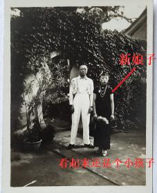 民国老照片:民国旗袍美女——开过脸结婚的新娘子,看起来还是个小孩子。与她的眼镜丈夫。【陌上花开系列】
