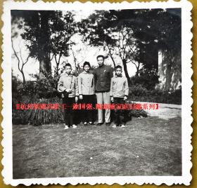 老照片:龚明山全家福,1966年。看背题【杭州铁路局——施☆强、陶☆敏家庭旧藏系列】