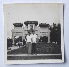 文革老照片:北京中山公园牌坊,挂毛主席巨像。情侣合影【陌上花开系列】