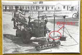 """文革老照片:""""四川*力车厂""""——这是什么农具?——手扶拖拉机改造!背题1973年 。(汽车类收藏) 【陌上花开系列】"""
