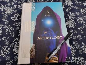 五百一十八页巨厚册英文原版《尽我所能~古典绘画中占星形象演变》精装版,2021版,占星术占星家的集大成,印刷一流,25*19公分,这本图册汇集了在托勒密、亚里士多德、哥白尼、牛顿、时期的天体理论的映照下,古代版画家、细密画罕见的遗留画作中星体的绘制,包括了中世纪哥特时期、文艺复兴意大利风格、北方文艺复兴风格、莫卧尔时期风格、浪漫主义时期的星辰绘制、波斯手稿星辰,奥斯曼帝国风格星辰