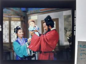 1316  电影明星 美女 剧照反转片 《双雄会》1984年  大师抱着小宝宝
