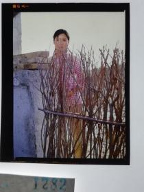 1282  电影明星 美女 剧照反转片  《砂砾》  篱笆外的村姑