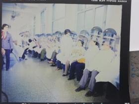 2073 明星 美女 电影剧照反转片 《白鸽》1982年  八十年代特色理发馆 一排大妈在烫发