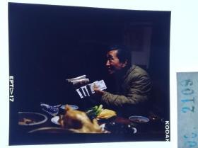 2109 获得第4届东京国际电影节评委会特别奖、第15届大众电影百花奖最佳故事片奖等国内外奖项,是中国第一部同期立体声故事片 由黄健中执导,李保田、赵丽蓉领衔主演,葛优、史兰芽、六小龄童、丁嘉丽等参演,于1991年 《过年》李保田拿出打工赚点八千快交给老伴赵丽蓉