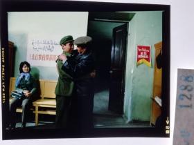 1288  电影明星 美女 剧照反转片  《砂砾》  维族办公室 标语 到祖国最需要的地方去