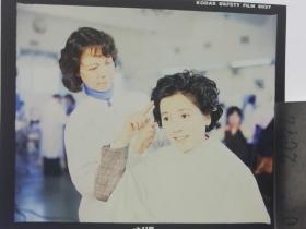2074 明星 美女 电影剧照反转片 《白鸽》1982年  美女理发