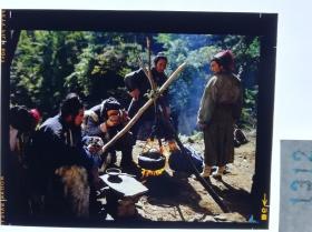 1312  电影明星 美女 剧照反转片 《双雄会》1984年  林中取火野餐