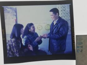 2100 获得第4届东京国际电影节评委会特别奖、第15届大众电影百花奖最佳故事片奖等国内外奖项,是中国第一部同期立体声故事片 由黄健中执导,李保田、赵丽蓉领衔主演,葛优、史兰芽、六小龄童、丁嘉丽等参演,于1991年 《过年》 丁嘉丽和小女婿寒暄