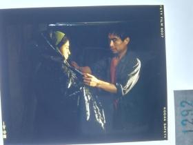 1292  电影明星 美女 剧照反转片  《砂砾》  大哥给你系上雨衣