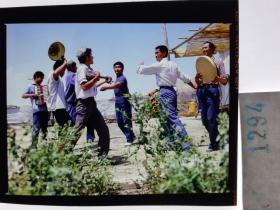 1294  电影明星 美女 剧照反转片  《砂砾》  维族兄弟载歌载舞