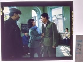 1291  电影明星 美女 剧照反转片  《砂砾》  维族语言文字
