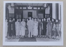 周恩来总理率代表团参加亚非会议与印度尼西亚华侨,及工作人员合影