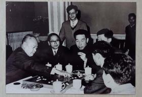 陈毅元帅为推广围棋文化与日本棋手杉内雅男对弈照片