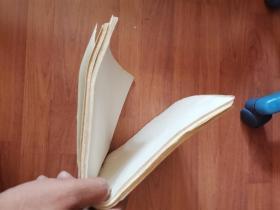 老纸头:8K老白纸一打(一百多张,厚度为1厘米)自然泛黄,个别处有黄斑(似文革时)