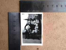 七八十年代云南地方夫妻两各抱一小孩合影老照片,较具时代特色,如图