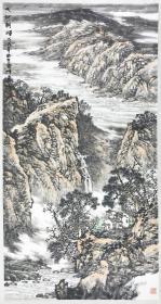 得自作者本人,终身保真(有合影)            杜云峰,籍贯河南开封,现居北京,中国美术家协会会员,国家一级美术师,山水画创作委员会副主任。河南大学美术系毕业,进修于中央美院国画系。现为中国传媒大学文学艺术创作院教授硕士生导师、中国艺术研究院研究生院教授。2