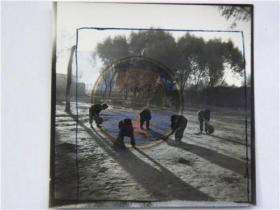 """山西省摄影家协会会员参赛作品""""小学生扫雪""""照(80年代)"""