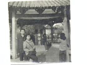 夫妻俩在三潭印月厅内留影(80年代)