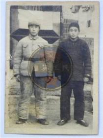 解放战争时期解放军战士和弟弟合影留念(40年代)