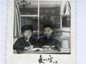 《学习写真照》两同学在太原市文化宫照相馆南京长江大桥布景前合影留念(70年代)