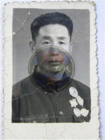 """退伍军人胸前佩戴""""华北解放纪念章.东北解放纪念章.毛主席纪念章""""留念(60年代)"""