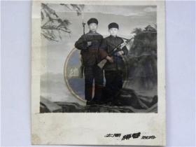《小小民兵保卫祖国写真照》两同学挎冲锋枪在太原市柳巷照相馆合影留念(70年代)