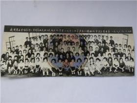 """我国著名歌唱家""""郭兰英""""同志和太原工人文化宫北文化宫举办的职工业余声乐训练班的学员合影留念(1980年)"""