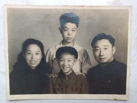 民国时期疑似京剧艺术家家庭照,尺寸大。