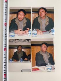 中国内地导演、制作人 韩刚照片一组 四张 1987年,执导个人首部短片《中彩》,他凭借该片获得第7届欧凳塞国际电影节导演奖。1992年,执导剧情电影《葛老爷子》,该片获得第1届中国长春电影节银奖