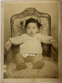 【老照片】民国时期坐在豪华椅子上拍照的小女孩--- 小女孩扎了两个小辫子,椅子看起来非常高级,定是大户人家。这样高级的椅子少见!
