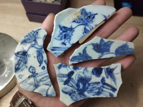 明代中期缠枝花卉纹洞石楼阁大盘瓷片标本组合