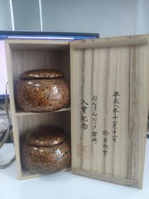 日本轻津涂围棋碁笥,可装30号及以下蛤碁石。 轻津涂代表了日本漆器工艺的高水平。在各类漆涂物件中,碁笥是较为少见的。此对轻津涂碁笥来自平成八年即1996年。保存相对完好,未见明显使用痕迹,唯一遗憾的是在一只罐盖内侧有两处小磕,罐侧底部有个小磕,另一只罐完好无损。从外观来看,根本看不出来。可装30号及以下蛤碁石。