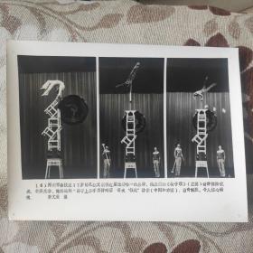 """1984年,郑州市杂技团的杂技演员孔红文获本次比赛唯一的金牌,杂技""""椅子顶"""""""