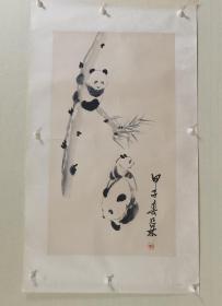 【保真】已故著名版画家吕林先生熊猫国画一幅。吕林(吕琳),我国著名的艺术教育家、版画家、雕刻家、水墨画家。曾任西北军政大学美术系主任、中国美术家协会四川分会副主席、成都画院顾问、四川省政协书画室主任。(画心尺寸:77×42cm,装裱后:100×58cm。品相如图,有折痕,如图七、八。)