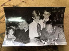 """【老照片】著名摄影家方幸根摄 宋庆龄、陈毅在上海庆祝""""六一""""国际儿童节营火会上 1952年摄"""